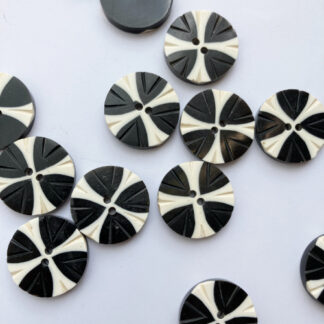 Black and off-White 2 hole horn button